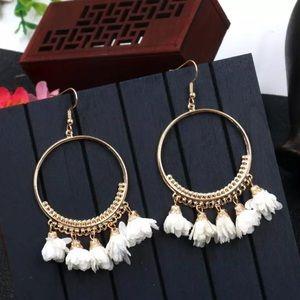 NEW 🌸 white Floral Gold Hoop Drop Earrings